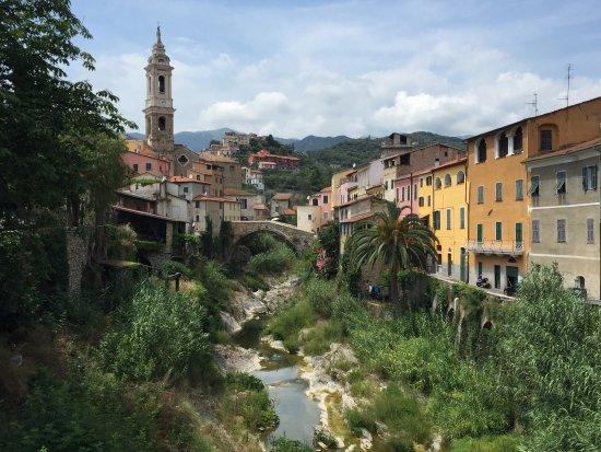 Dolcedo, Italy: Prix remporté par leur huile DOP et vue de ce charmant bourg