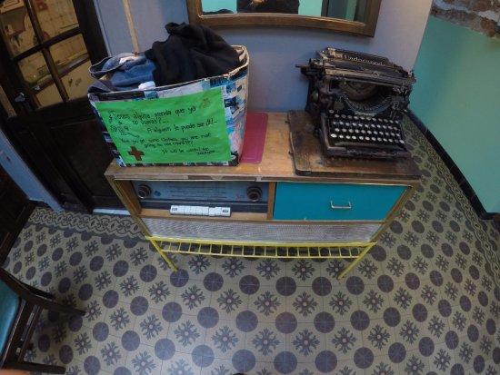 El Viajero Hostel Suites Colonia: Cesta para doação de roupas na entrada da cozinha compartilhada