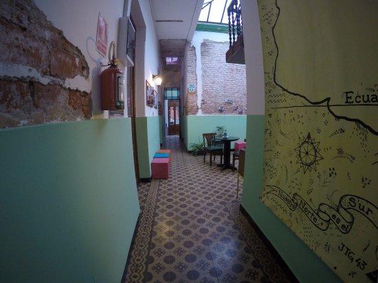 El Viajero Hostel Suites Colonia: Corredor onde ficam os quartos compartilhados