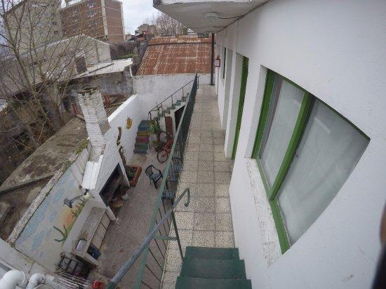 El Viajero Hostel Suites Colonia: Vista da escadinha que leva ao terraço. As suítes privativas ficam ali
