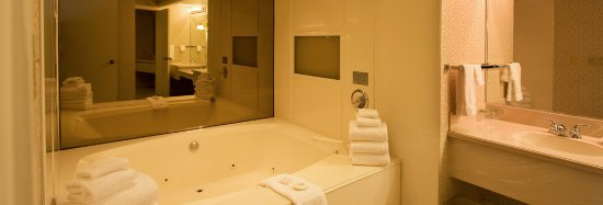 Inn at the Commons: EXECUTIVE KING SUITE BATHROOM
