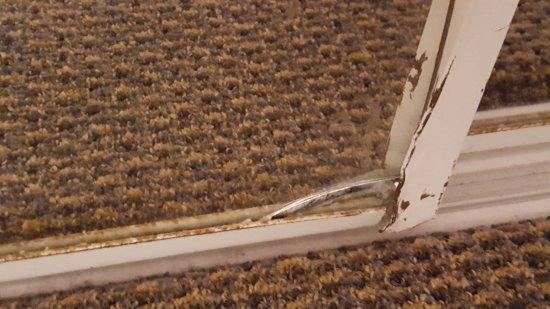 Hyatt Regency Mission Bay: Closet door doesn't slide well and broken at bottom