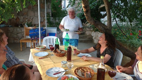 Sudurad, Kroatien: Zdravko serving our home cooked dinner