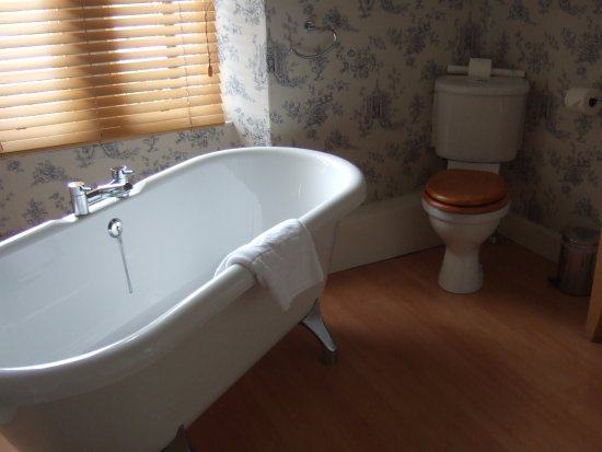 Boat of Garten, UK: Free standing roll top bath in the Speyside Suite (Room 110)