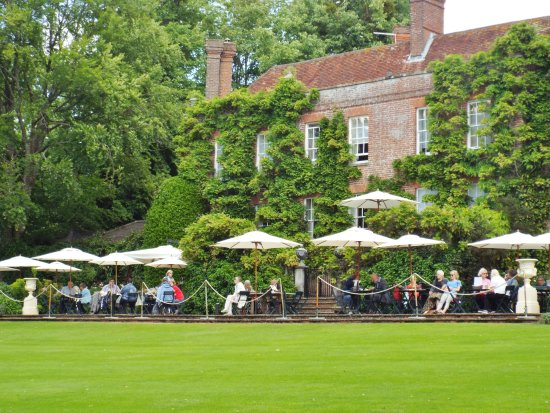 Ticehurst, UK: Outdoor cafe seating on terrace overlooking lawn and lake