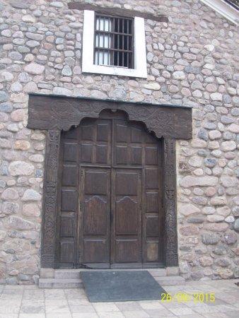 Iglesia y Convento de Santo Domingo: Las gruesas paredes son de piedra y cal. La madera es de algarrobo.