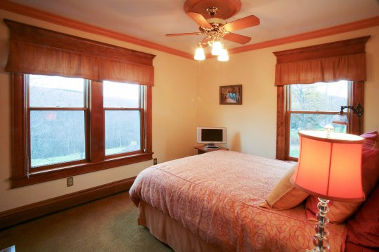 Fleischmanns, NY: guest room with queen size bed and private bath