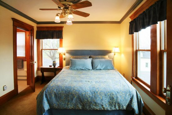 Breezy Hill Inn: guest room with queen and private bath