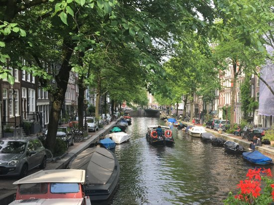 Singel Hotel: Nearby canal view