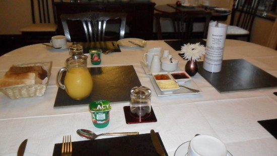 Adina B&B: Breakfast table