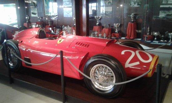 Museo Juan Manuel Fangio: ferrari utilizada por fangio.