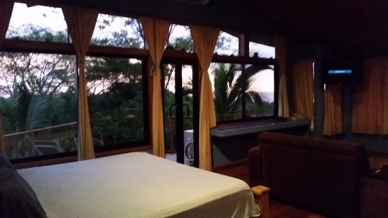 Casa Bambora: Quaklity and Comfortable King Bed Looking out toward sunset