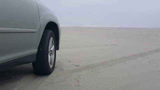 Long Beach, WA: Our car meets the sands very close to the ocean waters...