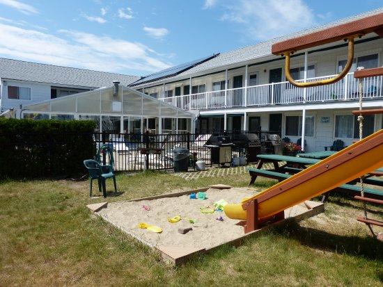 Crest Motel: Vue de la cour avec la piscine
