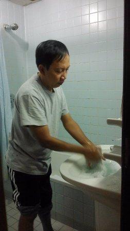 Al Fayrouz Shatta Hotel: Kamar mandi cukup luas, ada bathtub walaupun tidak bersumbat. Ada air panas.