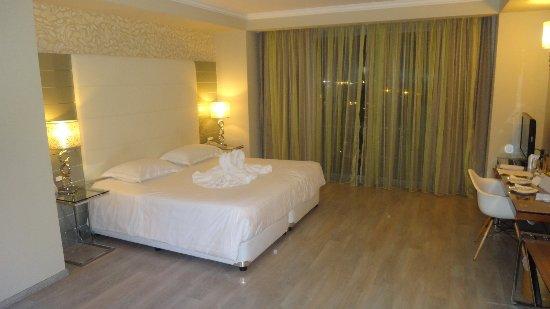 Atrium Platinum Hotel: Tiene balcón con vista a las piscinas y al mar