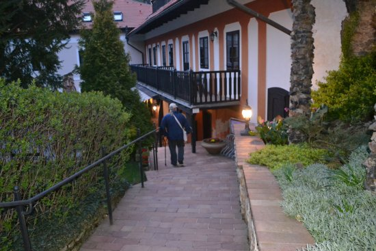 Pension Vetrnik: Garden walk from gate to entrance