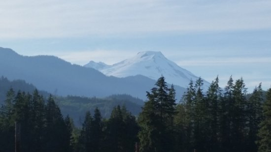 Concrete, วอชิงตัน: View of Mount Baker on drive to the cabins