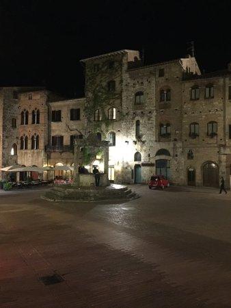 La Cisterna Hotel: Aussenansicht Hotel Cisterna by night...