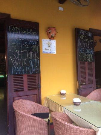 Ресторан ONG BEE LOUNGE, столики на улице