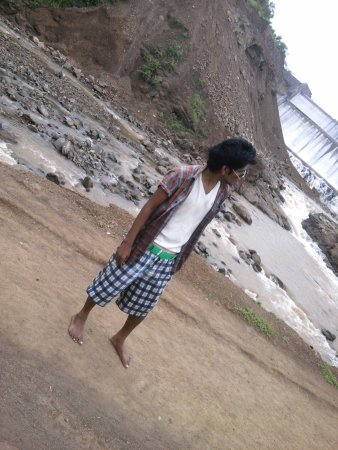 Kamod, Indie: dam and river
