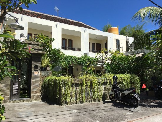 Grand Bimasena Hostel: Homestay pool and bathroom