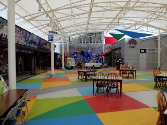 Konan, Japão: 入場券売り場の前に小さな広場(ステージ?)