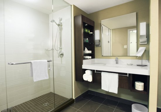 Delta London Armouries Hotel: Signature Club Room - walk-in shower