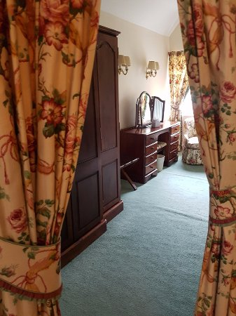 Winsford, UK: dressing room in the four poster suite