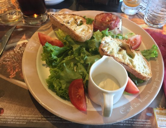 Saint-Apollinaire, France : Fromage de chèvre tiède au lard