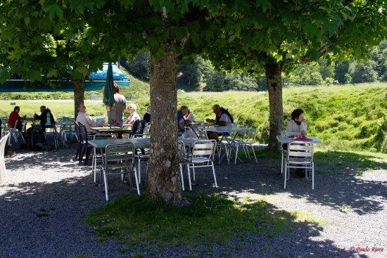 Mendive, Francia: vous pouvez manger à l'ombre ou au soleil