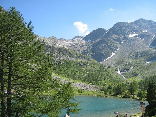 Morgex, Italien: Lago d'Arpy, prima piccola tappa a 45 minuti dalla partenza, laggiù sullo sfondo il Col d'Armera