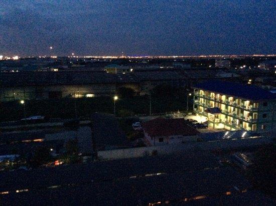 BEST WESTERN PREMIER Amaranth Suvarnabhumi Airport: Night view from the room