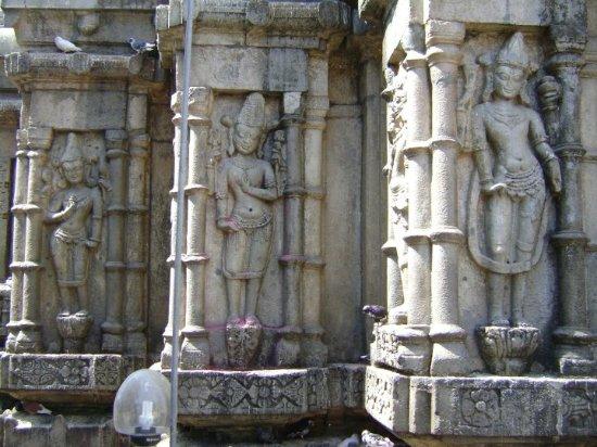 Tezpur, India: Beautiful sculptures adorn the temple walls