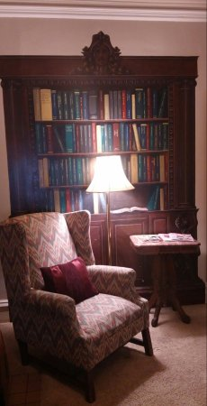 Walnut Street Inn: Comfortable, charming room with en suite and trompe l'oeil