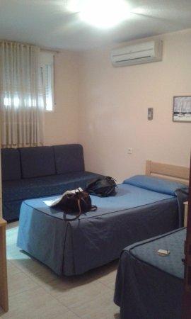 Hotel Legazpi: Dos camas individuales y un sofá-cama