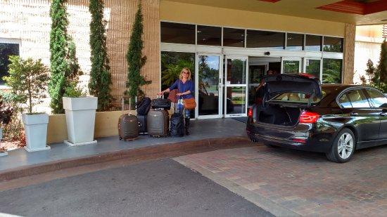 Comfort Inn Orlando/ Lake Buena Vista: Após o check-out, na porta de entrada do hotel.