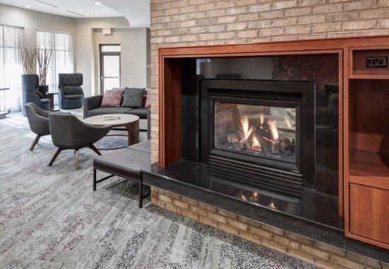Courtyard Suffolk Chesapeake: Lobby Fireplace
