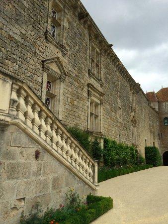 Chateau of Gramont: Vue de la façade Renaissance, exceptionnellement bien conservée