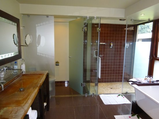 Arusha Coffee Lodge: Superb bathroom facilities with excellent shower