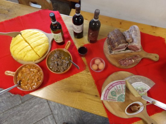San Bernardino Verbano, Italia: Typcal food, polenta with meat