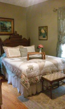 Whistle Stop Bed and Breakfast: Gardens. Bedrooms