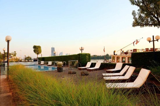 Hilton Vienna Danube Waterfront: Terrace & pool at Hilton Danube Waterfront