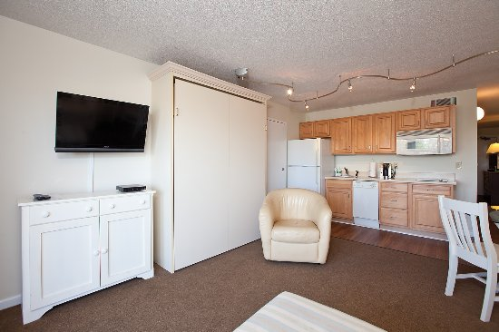 Summer Sands Suites: Flat screen TV and Queen Murphy bed