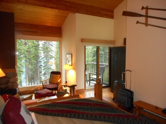 Moraine Lake Lodge: Lovely, yes, but where to put stuff?