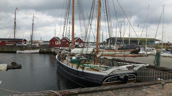 """Holbaek, Denmark: Skønne gamle træskibe i """"gammel havn"""""""