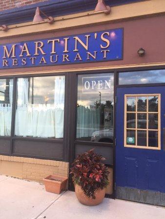 Martin's Restaurant: Front Door to Martin's
