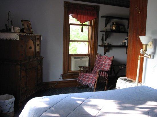 Victorian Rose Garden Bed & Breakfast: Sir James Room