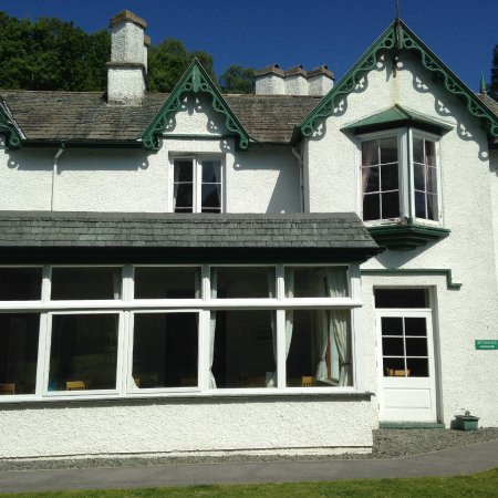 Glenthorne Guest House: Dining area to the left with the large windows