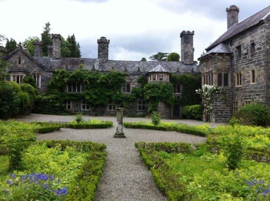 Gwydir Castle B&B: Front of Gwydir